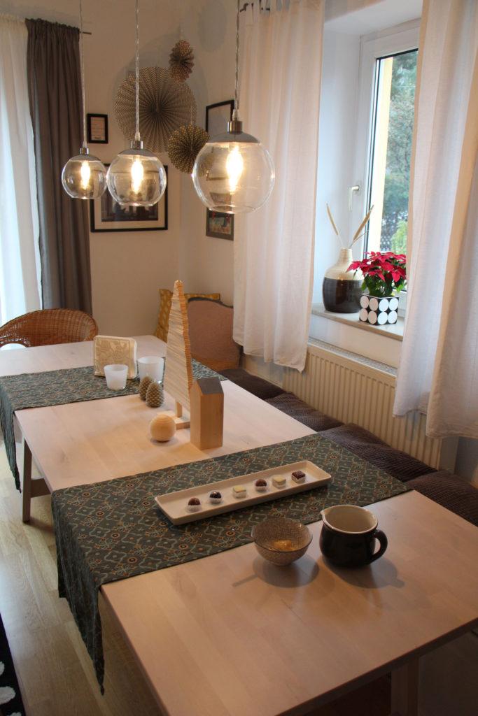 Tischdekoration mit Holz