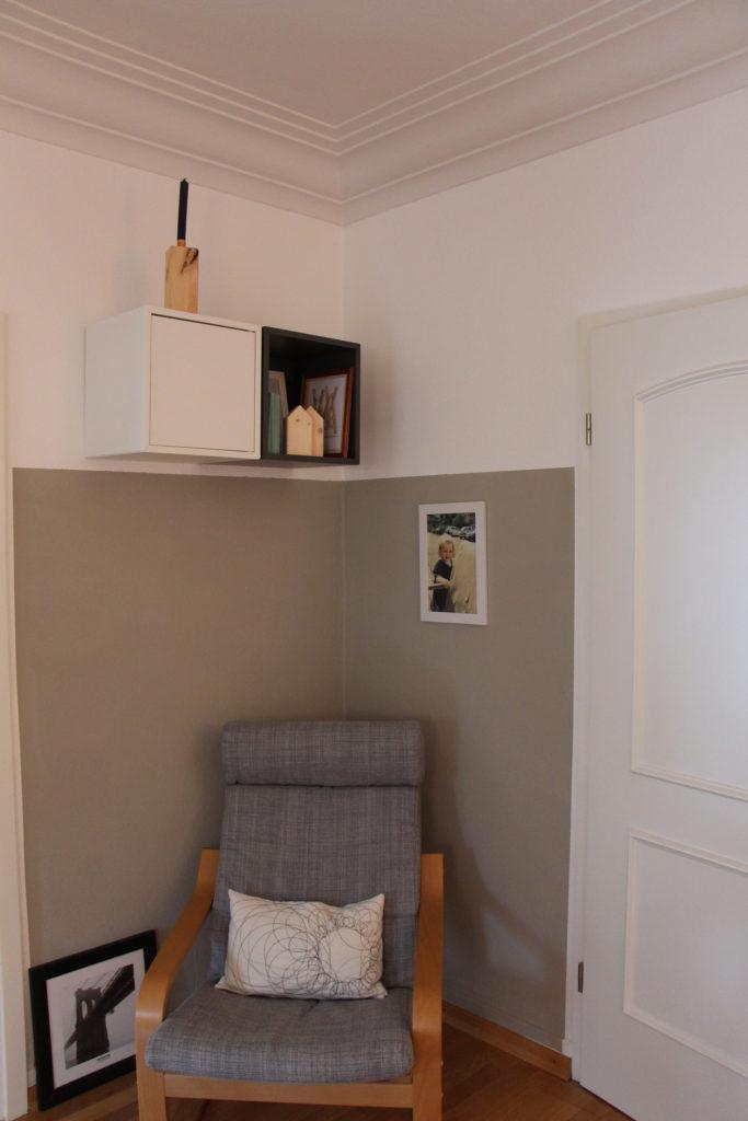 Sessel vor grauer Wand in Altbau-Wohnung
