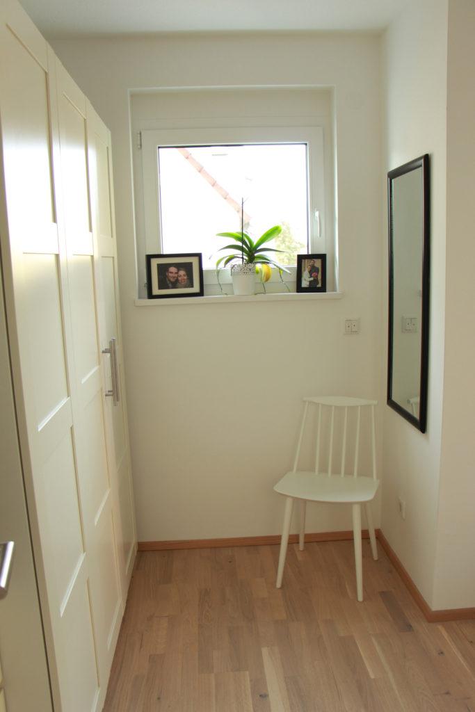 Kleiderschrank mit skandinavischem Stuhl