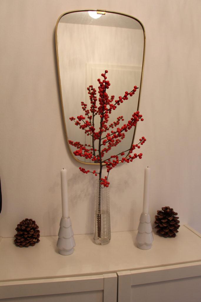 Ilex-Zweig mit Zapfen