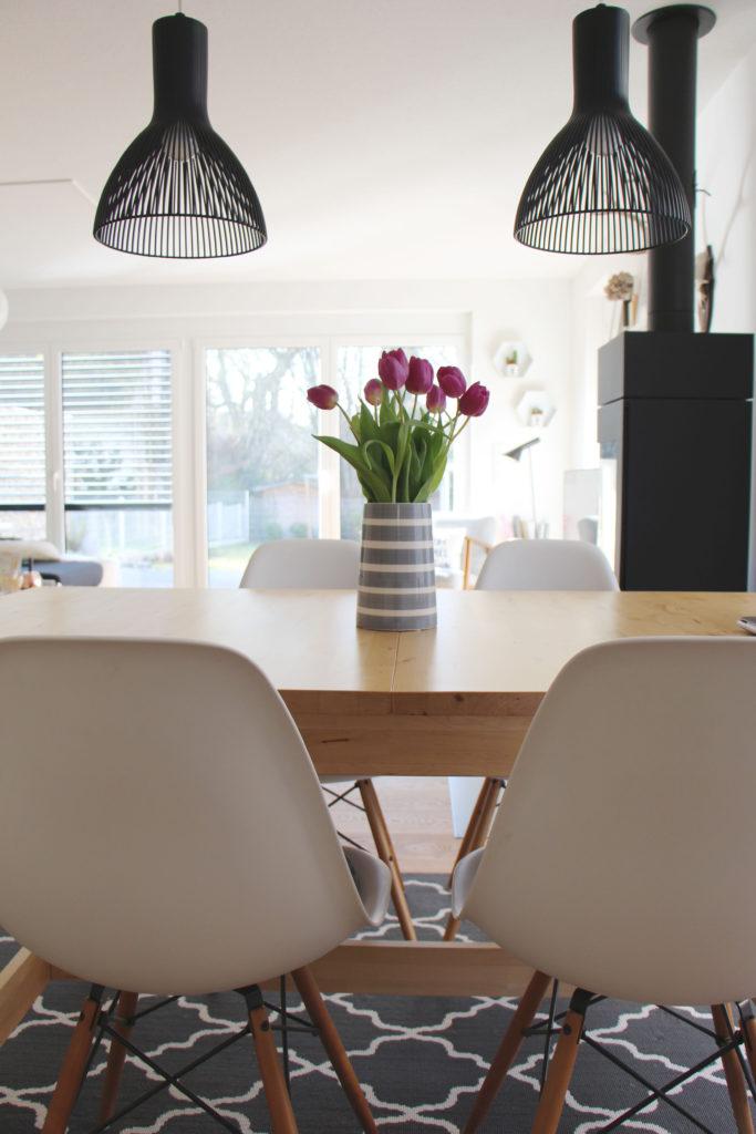 Tulpen auf Esstisch